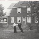 Joseph Allard avait un beau grand chien noir avec lequel il passait d'agréables moments. Nous le voyons près de sa maison située sur la 2e avenue en 1915. Quelqu'un se rappelle-t-il de son nom? Devine. Oui, oui. Devine