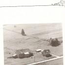 Voici une photographie prise en 1955 de la ferme de Clément Cloutier située dans le chemin de la Rivière Saumon à Fontainebleau.