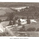 Nous apercevons la vue aérienne de la ferme de Marcel Lagassé située sur le chemin de la Mine à Fontainebleau. Elle fut acheté d'Alfred Lagassé, son père, en 1958. On y fait l'élevage de bovins et la culture du maïs.