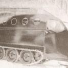 """Nous sommes à la fin des années 40 et au début des années 50. Nous apercevons le """"snowboat"""" qu'utilisait le docteur Gérard Lemieux lorsqu'il devait se rendre à un domicile pour un accouchement dans un coin du comté de Wolfe où les routes n'étaient pas toujours faciles."""
