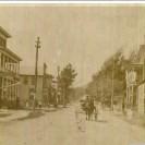 La rue Principale de Weedon Station. Nous voyons l'hôtel Lasalle à gauche et le restaurant à droite.