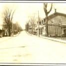 En montant sur la rue St-Janvier anciennement la rue Principale, nous apercevions le commerce de la famille Bourgault qui a été agrandi pour améliorer les services à la clientèle. On y vendait des chapeaux.