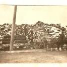 Sur cette photo, nous voyons les immenses cordées de bois sur le site de la compagnie Skinner situé dans la cour actuelle de l'hôtel Lasalle qui venait d'être reconstruit en 1910 par Louis Bernier et acquis par Philibert Lussier. Auparavant, les propriétaires Skinner avait déjà eu un moulin à scie sur la rivière Canard et ce, avant 1900.
