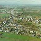 Voici une magnifique vue aérienne de Weedon prise à l'automne 1987, au moment où la population se préparait à célébrer le 125e anniversaire de Weedon. Nous apercevons clairement la route 112, la 3e avenue, la rue Barolet; puis au loin, le lac Louise, le village de St-Gérard et encore plus loin, le mont Adstock. Nous pouvons distinguer l'église, l'école Notre-Dame-du-Sacré-Coeur et le centre communautaire.
