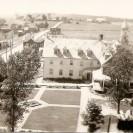Cette photographie aérienne de l'école prise avant 1945 donne une excellente vu sur la rue St-Janvier au nord de la route 1, aujourd'hui route 112. Seulement sept constructions éxistaient entre la 1ere avenue et la route 112. Nous apercevons l'ancien hôtel et le garage-restaurant qui appartenait à monsieur Péloquin. Un peu plus loin, nous voyons une maison à deux logements qui a appartenu à monsieur Lucien Leroux, Robert Tardif et aujourd'hui à Pascal Tardif. Nous apercevons aussi deux maison près de l'entrée du moulin à scie Beaudoin. L'une d'elle a appartenu à Monsieur Phydime Girard. Puis,à gauche avant la 1ere avenue, nous voyons une autre maison à deux étages qui appartient aujourd'hui à Lauréat Paré et qui a déjà été la propriété de monsieur Émile Arbour dans les années 50.
