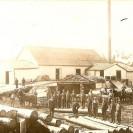 """C'était un peu après 1900 qu'un moulin fut construit dans Weedon Station. Ce moulin à scie recevait la visite de nombreux producteurs de bois avec leur chargement dès le début du siècle. Cette photographie nous montre le moulin Skinner installé tout près du ruisseau Weedon près de l'hôtel La Salle actuel. Six """"teams"""" de chevaux étaient présents lors de cette photographie."""