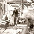 Ici, nous voyons un travailleur à l'intérieur du moulin à scie de Léandre Beaudoin.
