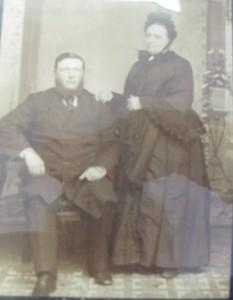 Le couple Charles Tanguay et Zéphirine Parizeau. Ils se sont mariés à Varennes le 24 janvier 1859. Établis à Weedon en 1857-58, ils sont les parents du maire et député Napoléon Tanguay et de l'évêque Tanguay.